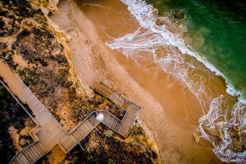 Bruidsfotograaf in het buitenland aan het strand in Portugal