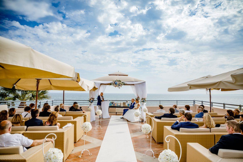 Bruidsfotograaf in het buitenland trouwen op het strand in Portugal