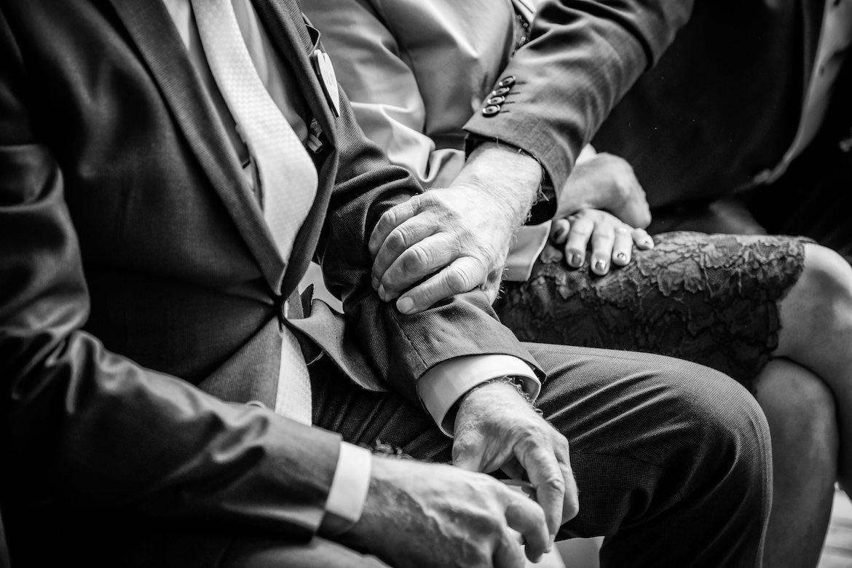 Hand vast houden Bruidsfotograaf voor echte momenten