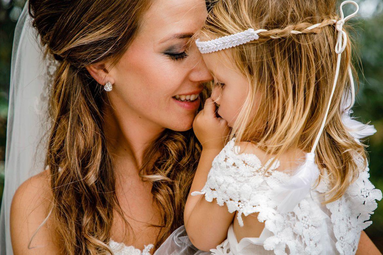 Bruidsfotografie Arno de Bruijn fotograaf bruiloft, mooi moment bruid met dochter