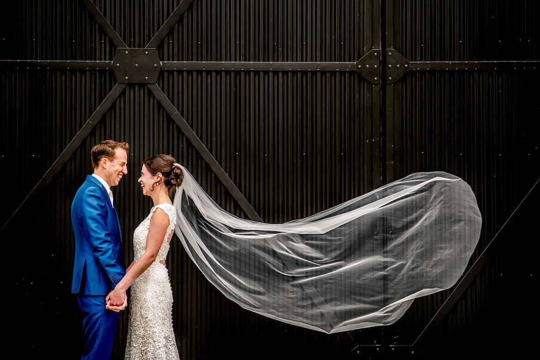 Bruidsfotografie Arno de Bruijn fotograaf bruiloft, ongedwongen trouwreportage met waaiende sluier