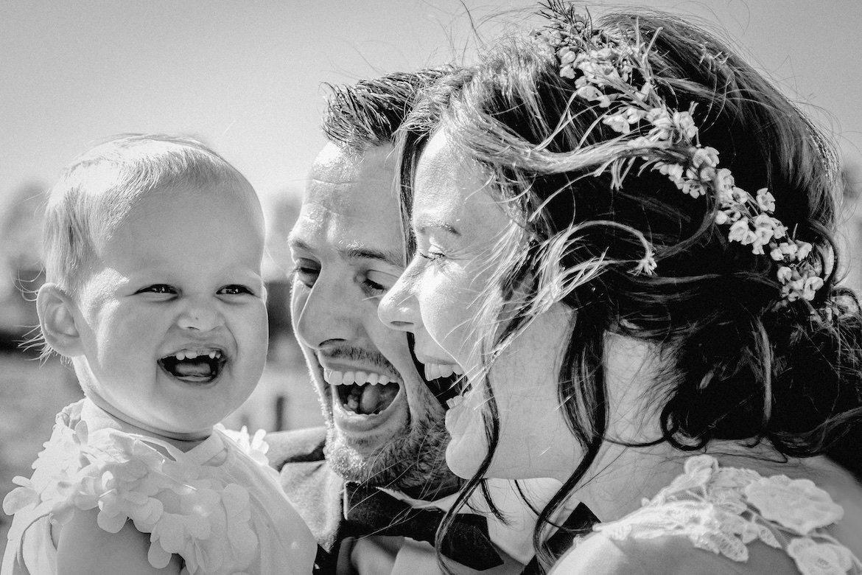 Bruidsfotografie Arno de Bruijn fotograaf bruiloft, mooi moment bruidspaar met dochter