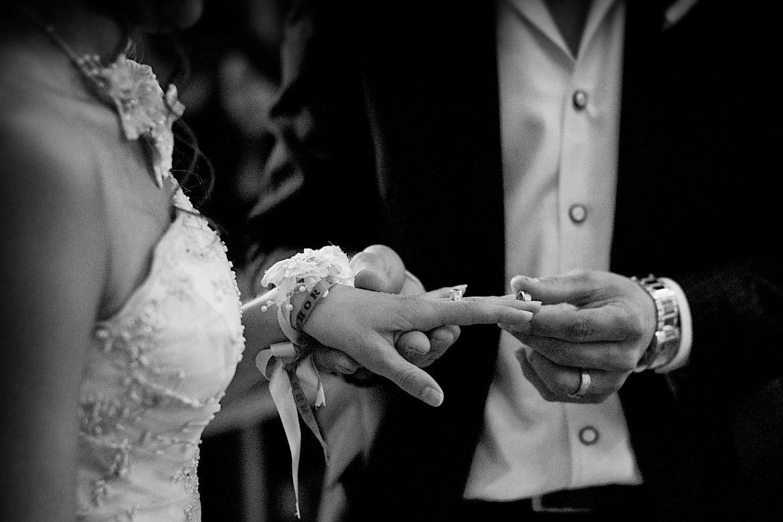 Ringmoment tijdens ceremonie Bruidsfotografie Arno de Bruijn fotograaf bruiloft