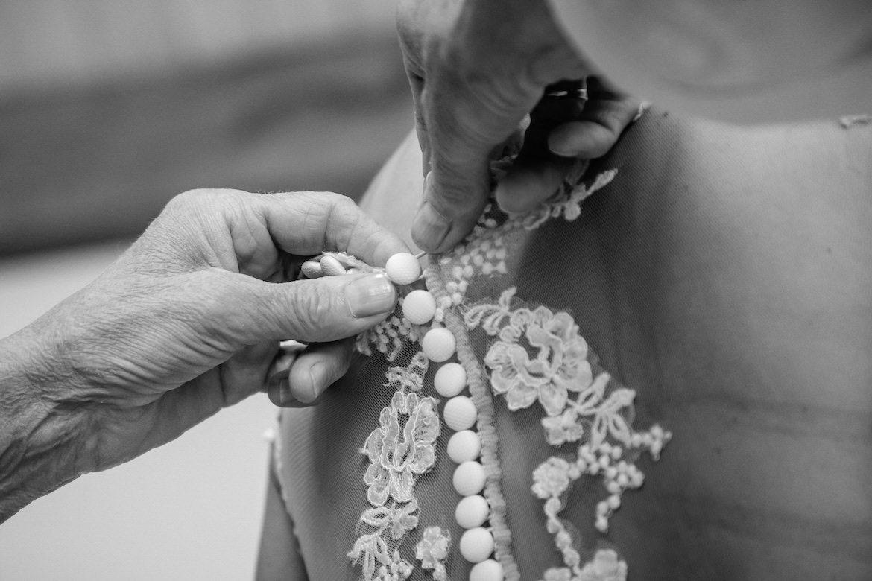 Trouwjurk Details en voorbereidingen Bruidsfotografie Arno de Bruijn fotograaf bruiloft