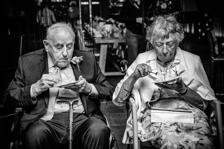 opa en oma Echte Momenten tijden trouwceremonie met dieren Bruidsfotografie Arno de Bruijn fotograaf bruiloft